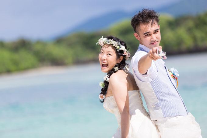 石垣島のビーチで爽やかに決めポーズを