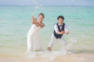 ドレスのまま海に入って楽しいフォトウェディング
