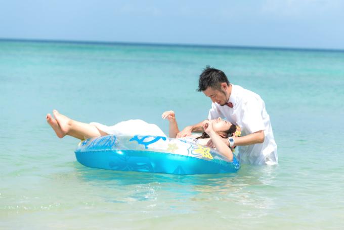 トラッシュザドレス ウェディングドレスで海水浴ショット|沖縄ウェディングオンライン