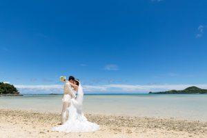 石垣島ビーチフォト ビーチで抱き合うポーズ