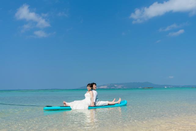 サップボードに乗って|沖縄ウェディングオンライン