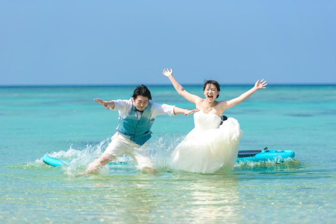 恩納村の天然ビーチでトラッシュザドレスウェディング|沖縄ウェディングオンライン