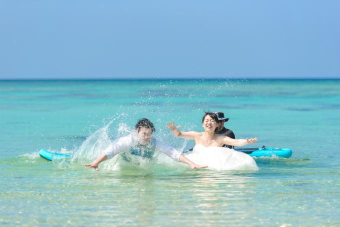 サップから海へジャンプイン|沖縄ウェディングオンライン
