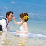 石垣島トラッシュザドレス 腰まで海に入って