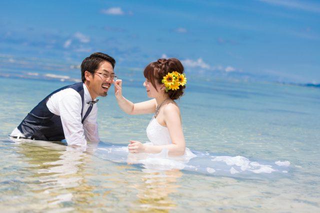 石垣島トラッシュザドレス 腰まで海に入って|沖縄ウェディングオンライン