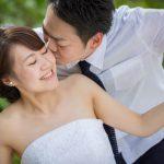 石垣島ビーチフォト 最愛の新婦にキス