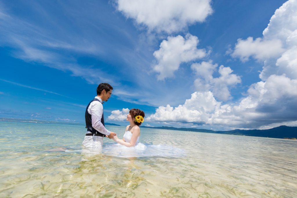 石垣島トラッシュザドレス 海の中で手を繋いで