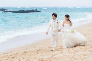 砂浜をドレスでお散歩