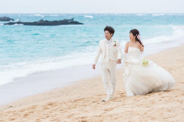 天然ビーチでドレスを着てお散歩♪