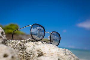 石垣島ビーチフォト メガネに写る新郎と新婦
