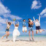 石垣島ビーチフォト 友人たちとジャンプ