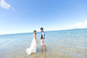 石垣島ビーチフォトウェディング 海の中の振り返りポーズ