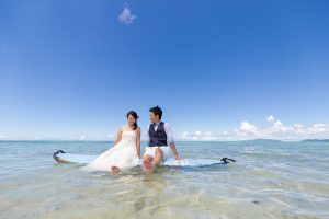 石垣島ビーチフォト サップの上で二人でポーズ