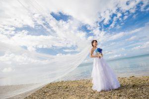 石垣島ビーチフォトウェディング ロングベールを風に流して