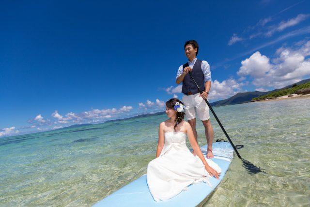 透明度の高い石垣島の天然ビーチでトラッシュザドレス|沖縄ウェディングオンライン