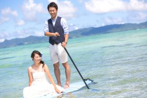石垣島ビーチフォトウェディング サップに新婦を座らせて