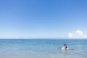 石垣島ビーチフォトウェディング 沖合いまで犬と一緒に