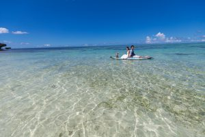 石垣島ビーチフォトウェディング 遠浅のビーチにサップで出動