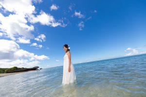 石垣島ビーチフォトウェディング 海に一人たたずむ新婦