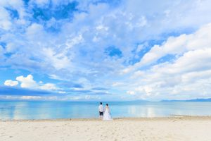 石垣島ビーチフォトウェディング 遠めからの二人写し