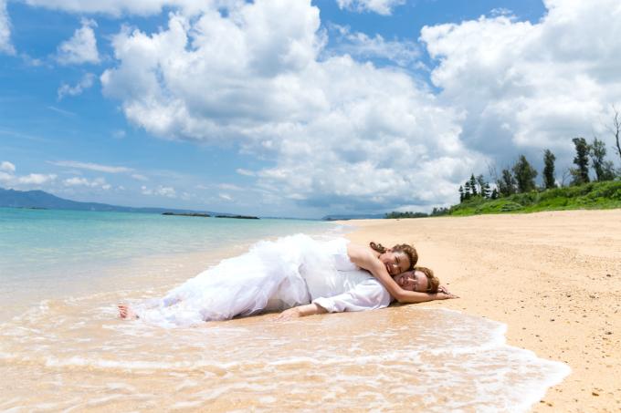 ウェディングドレスのまま海に入って撮影|沖縄ウェディングオンライン