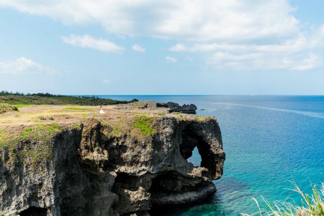 沖縄の観光地「万座毛」でのロケーションフォトウェディング