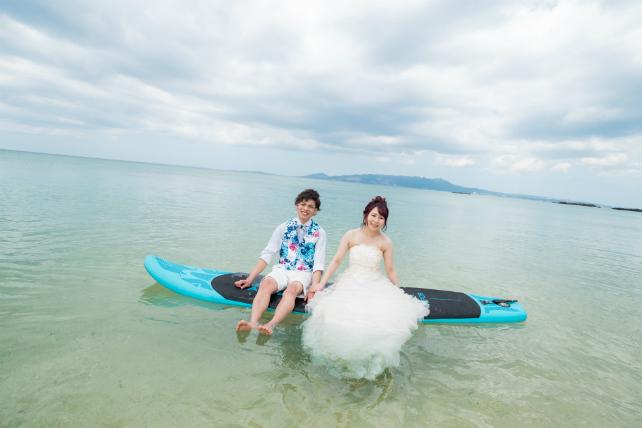 透き通る海の真ん中でサップボードに乗って撮影できる♪