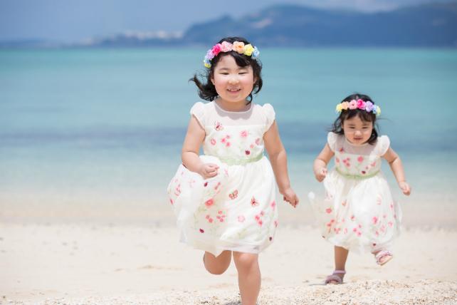 姉妹でお揃いの可愛いドレスを着て♪