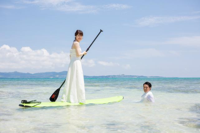 ウェディングドレスのまま海に入れるフォトウェディング|沖縄ウェディングオンライン