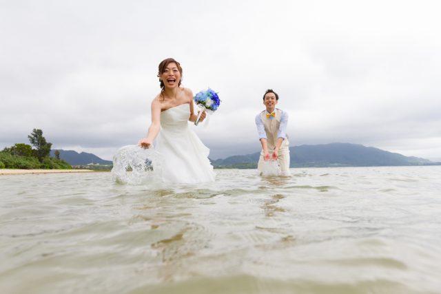 トラッシュザドレスを目一杯楽しんで|沖縄ウェディングオンライン