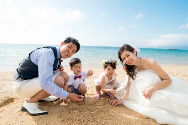 子供たちも喜ぶ砂遊びをしながら♪ファミリーフォトウェディング!