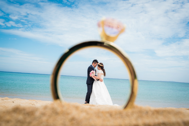 砂浜に置いたリングの中には・・・♪トリックフォトでおしゃれなショットを撮影!