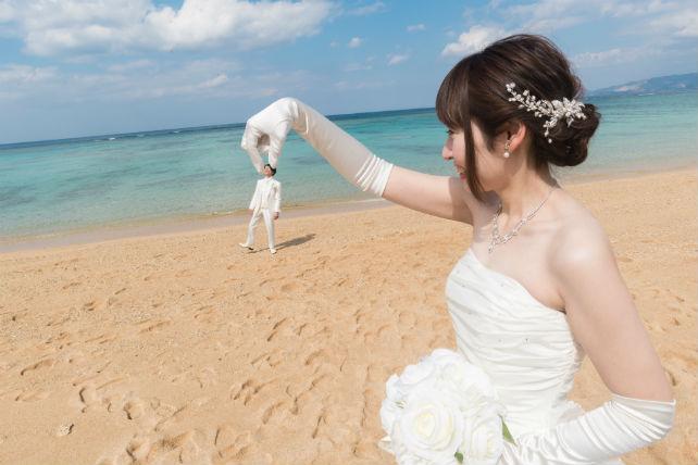 広い砂浜で面白フォトウェディング♪