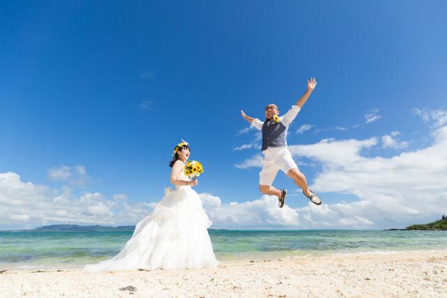 石垣島の天然ビーチで青空に向かってジャーーンプ!!