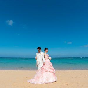 沖縄フォトウェディングでもカラードレスが映える