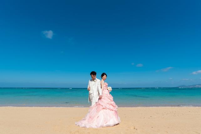 沖縄フォトウェディングでカラードレスも注目!