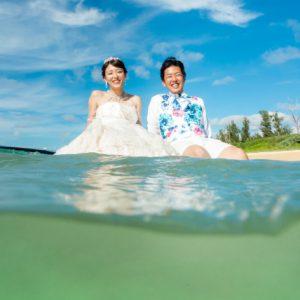 沖縄フォトウェディングのビーチフォトは海に浮かんで撮影
