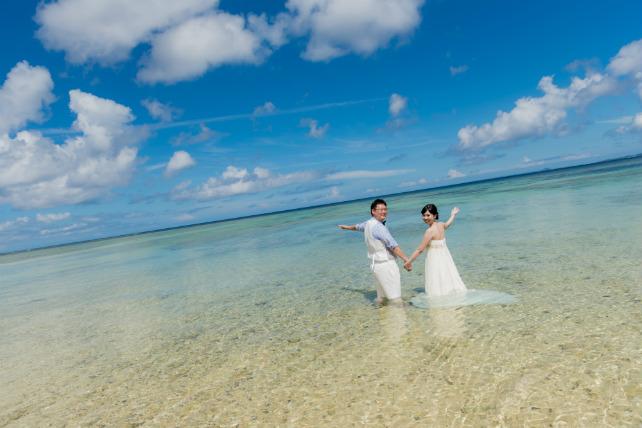 透き通る海ならやっぱりドレスのまま海に入る撮影