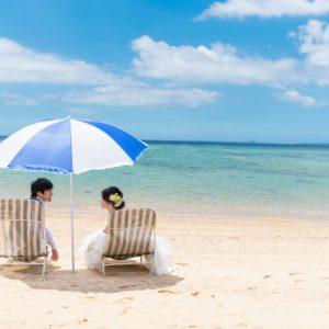 沖縄のビーチでパラソルの中のふたり