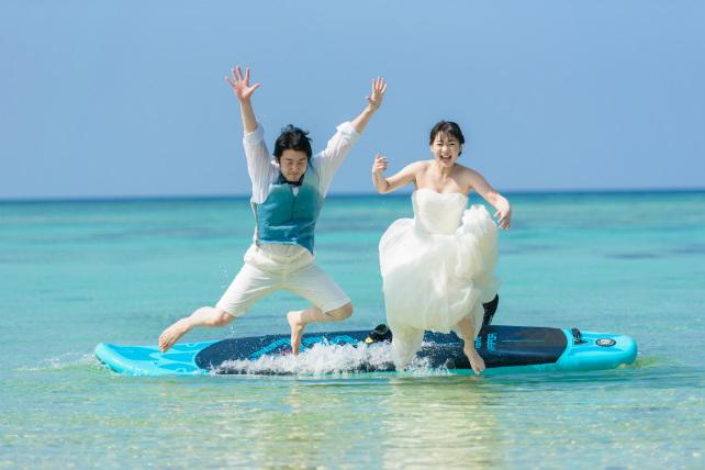 水中へダイブできる沖縄フォトウェディング
