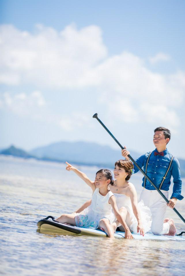 SUPボード3人乗りして沖縄フォトウェディング