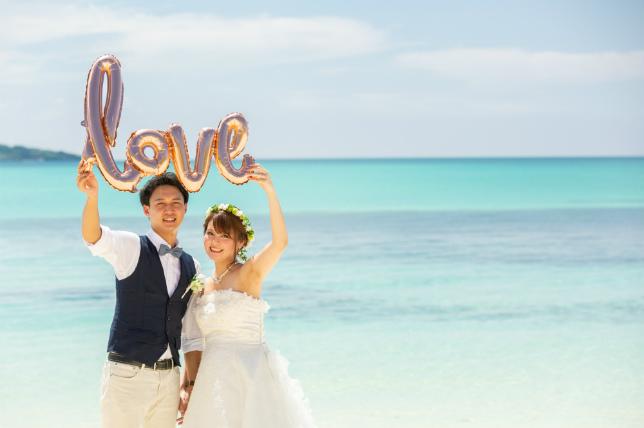 LOVE型バルーンが映える宮古島の美しい海