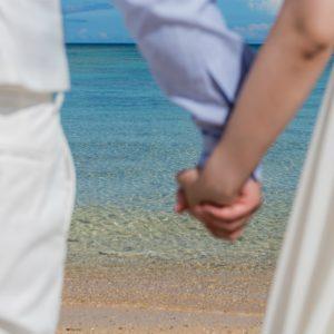 ぎゅっとつながれた手の先に広がる美しい沖縄の海