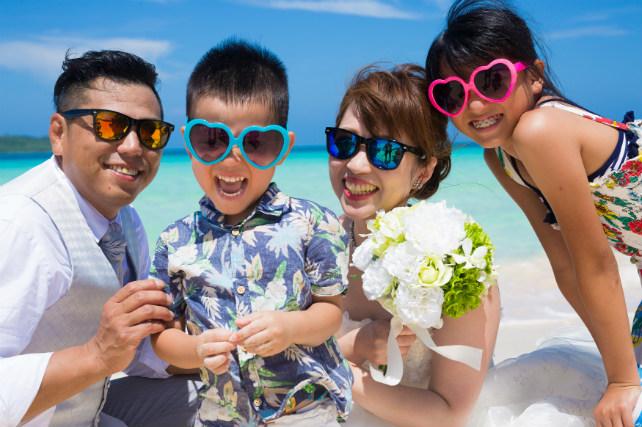 家族みんなでおそろいのサングラスで笑顔いっぱいの写真