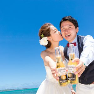 頬にキスが可愛い沖縄フォトウェディング