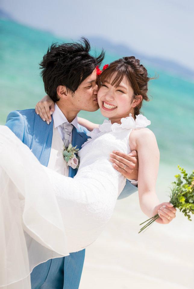お姫様だっこで花嫁のかわいい笑顔いっぱい