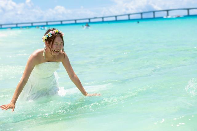 与那覇前浜ビーチでビーチフォトウェディング|沖縄ウェディングオンライン