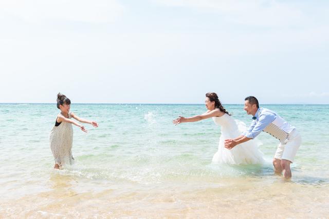 沖縄の天然ビーチでファミリーでのトラッシュザドレス|沖縄ウェディングオンライン
