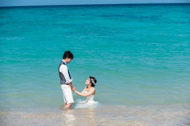 沖縄の美しい海でトラッシュザドレス|沖縄ウェディングオンライン