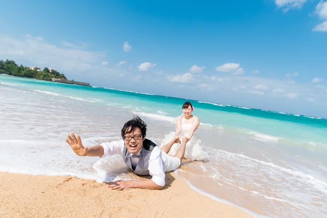 自由にアレンジできるトラッシュザドレスのビーチフォト|沖縄ウェディングオンライン